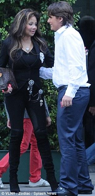 La Toya Jackson, Prince Jackson e sua namorada deixando restaurante Article-2281816-17fb8707000005dc-719_306x627