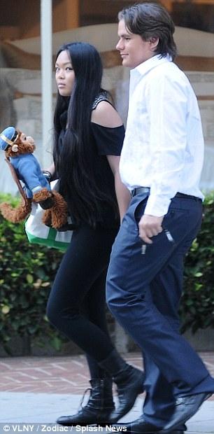 La Toya Jackson, Prince Jackson e sua namorada deixando restaurante Article-2281816-17fb8761000005dc-19_306x620