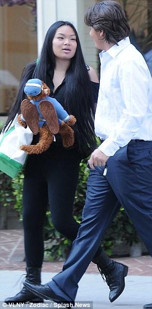 La Toya Jackson, Prince Jackson e sua namorada deixando restaurante Article-2281816-17fbb538000005dc-203_306x620