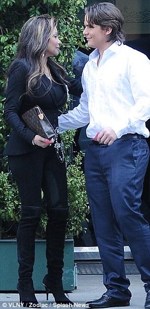 La Toya Jackson, Prince Jackson e sua namorada deixando restaurante Article-2281816-17fd2f60000005dc-192_306x627