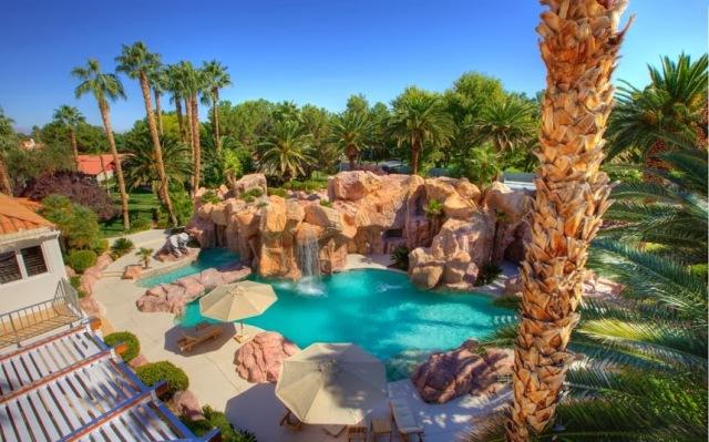 """Conheça a mansão que Michael Jackson e seus filhos morariam após """"This is It"""" 17af7-pool_2845931k"""