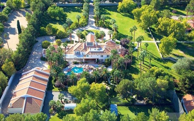 """Conheça a mansão que Michael Jackson e seus filhos morariam após """"This is It"""" B2e72-pr-jackson08031_2845873k"""