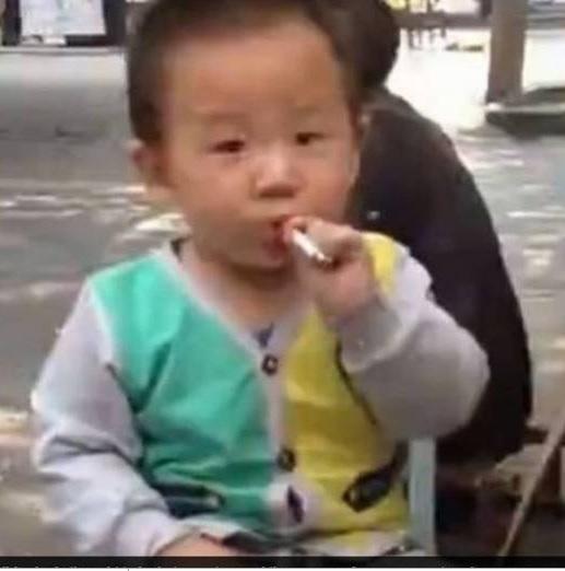 Criança chinesa fumando